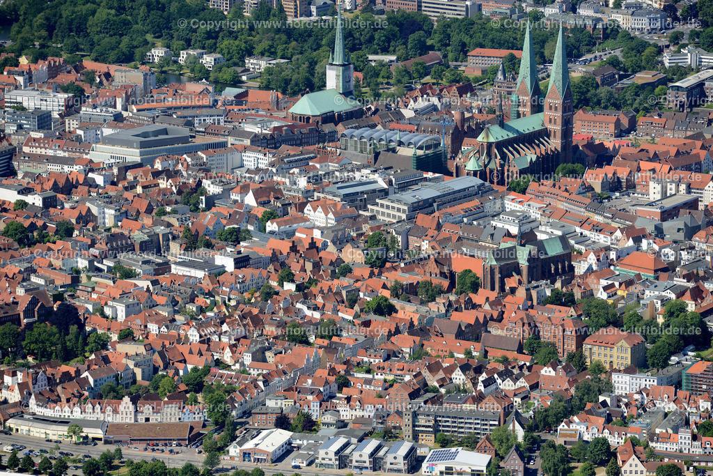 Lübeck_ELS_8591151106 | Lübeck - Aufnahmedatum: 10.06.2015, Aufnahmehoehe: 569 m, Koordinaten: N53°52.710' - E10°43.314', Bildgröße: 6968 x  4651 Pixel - Copyright 2015 by Martin Elsen, Kontakt: Tel.: +49 157 74581206, E-Mail: info@schoenes-foto.de  Schlagwörter;Foto Luftbild,Altstadt,HolstenTor,Kirche,Hanse,Hansestadt,Luftaufnahme,