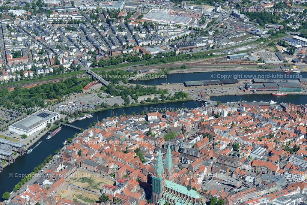 Lübeck_ELS_8553151106 | Lübeck - Aufnahmedatum: 10.06.2015, Aufnahmehoehe: 611 m, Koordinaten: N53°51.599' - E10°41.460', Bildgröße: 7360 x  4912 Pixel - Copyright 2015 by Martin Elsen, Kontakt: Tel.: +49 157 74581206, E-Mail: info@schoenes-foto.de  Schlagwörter;Foto Luftbild,Altstadt,HolstenTor,Kirche,Hanse,Hansestadt,Luftaufnahme,