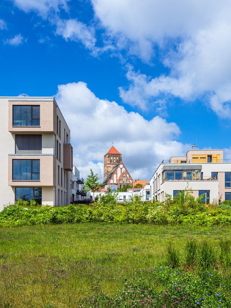 Moderne Gebäude und Nikolaikirche in der Hansestadt Rostock | Moderne Gebäude und Nikolaikirche in der Hansestadt Rostock.