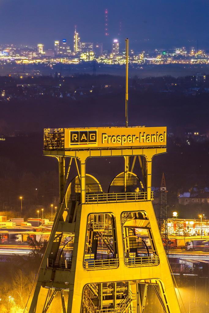 JT-160216-045   Fördergerüst des Bergwerks Prosper Haniel in Bottrop, letzte Ruhrgebiets Zeche, wird 2018 geschlossen, hinten die Skyline der Innenstadt von Essen,