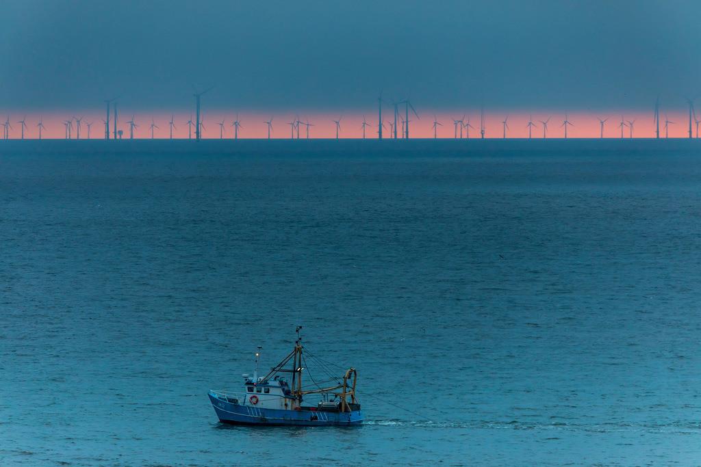JT-180328-283 | Fischkutter auf der Nordsee, vor der Nordholländischen Küste, hinten der Offshore-Windpark Egmond aan Zee