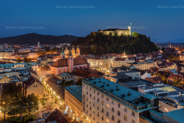 Ljubljana am Abend | Blick in Richtung Altstadt und Burg von Ljubljana, der Hauptstadt Sloweniens.