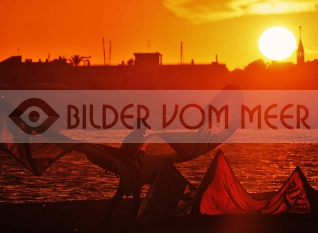 Bilder vom Meer: Skysurfen bei Sonnenuntergang am Mar Menor | Bilder vom Meer: Sky Surfer in Spanien