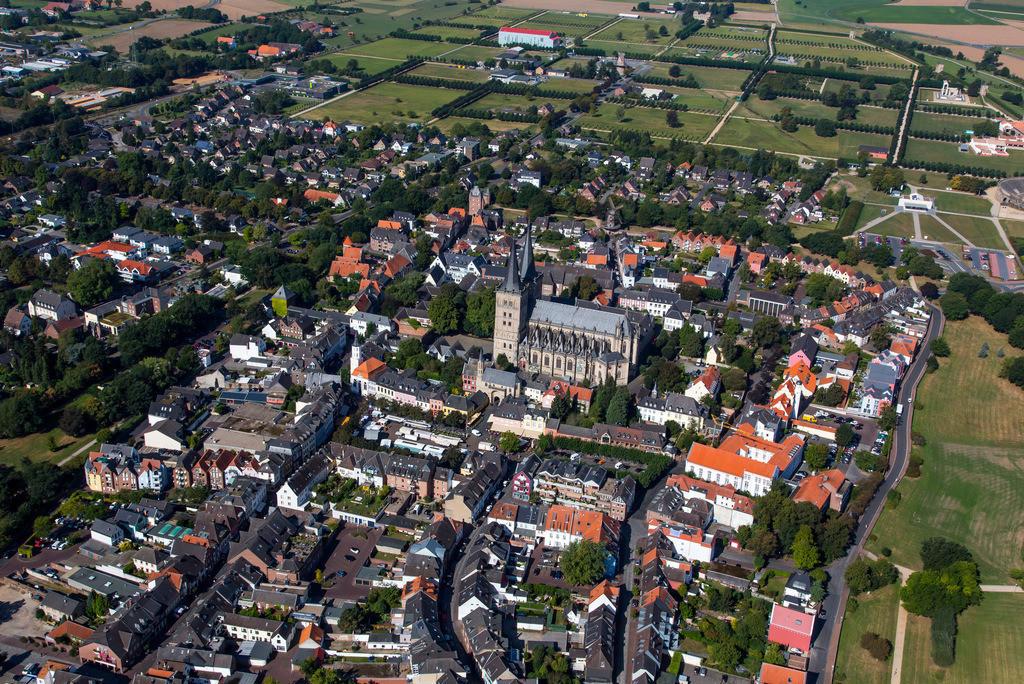 JT-161007-194 | Xanten, am Niederrhein, Innenstadt mit dem Dom Sankt Viktor, links oben der Archäologischer Park Xanten mit dem LVR Römermuseum,