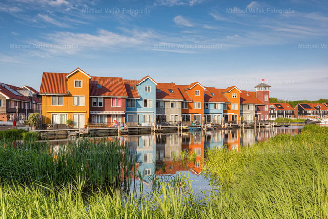 Groningen Reitdiephaven   Im Stadtjachthafen Reitdiephaven in Groningen stehen diese bunten, im skandinavischen Baustil gebauten Häuser.