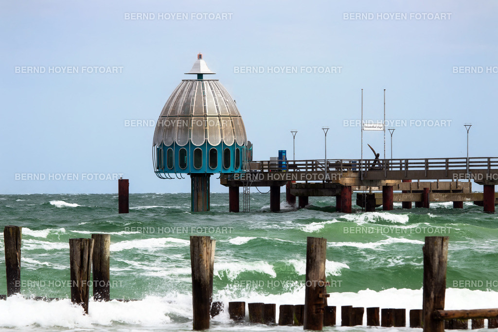 pier zingst | Foto der Seebrücke in Zingst an der Ostseeküste (Fischland-Darss-Zingst), Deutschland. | Photo of the pier in Zingst at the Baltic Coast (Fischland-Darss-Zingst), Germany.