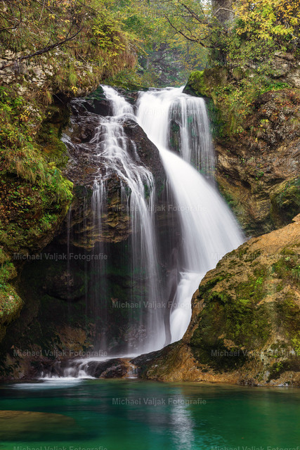 Wasserfall in der Vintgar Klamm in Slowenien | Die Vintgarklamm ist eine Klamm ca. 4 km nordwestlich von Bled in Slowenien. Über viele Brücken und Stege wandert man durch die etwa 1600 m lange Schlucht entlang des Radovna-Flusses. Sie endet im 13 m hohen Wasserfall Šum.