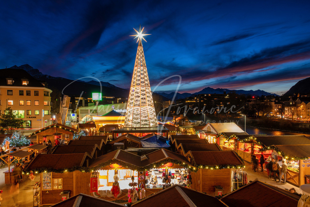 Christkindlmarkt   Der Christkindlmarkt am Marktplatz mit dem Swarovski Weihnachtsbaum