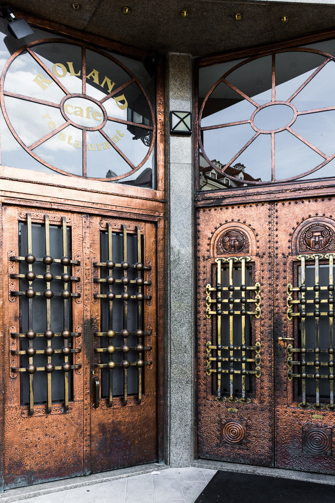 Moderne Türen in Bronze