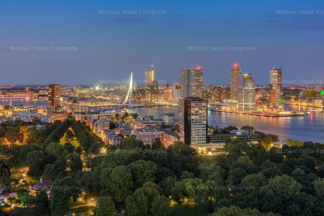 Rotterdam am Abend | Blick auf die Skyline von Rotterdam am Abend.