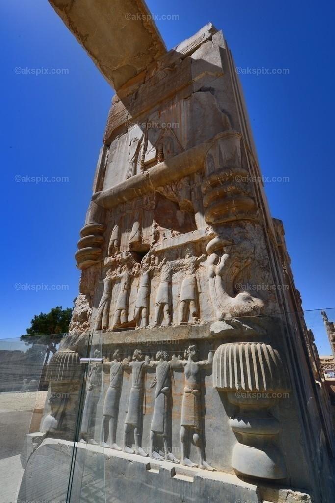 """altpersische Residenzstadt Persepolis - Stadt der Perser   Die altpersische Residenzstadt Persepolis (persisch Tacht-e Dschamschid """"Thron des Dschamschid"""", altpers.: Parseh) war die Hauptstadt des antiken Perserreichs unter den Achämeniden und wurde 520 v. Chr. von Dareios I. im Süden des heutigen Iran in der Region Persis gegründet. Der Name """"Persepolis"""" stammt aus dem Griechischen und bedeutet """"Stadt der Perser""""; der persische Name bezieht sich auf Dschamschid, einem sagenumwobenen König der Frühzeit."""