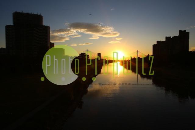 Sonnenuntergang am Neckar | Mannheim. 28JUL20 | Mannheim in der Abendsonne am Neckar. Sonnenuntergang. Mit Neckaruferbebauung und dem Collins Center (links)   BILD- ID 2110 | Bild: Photo-Proßwitz 27JUL20