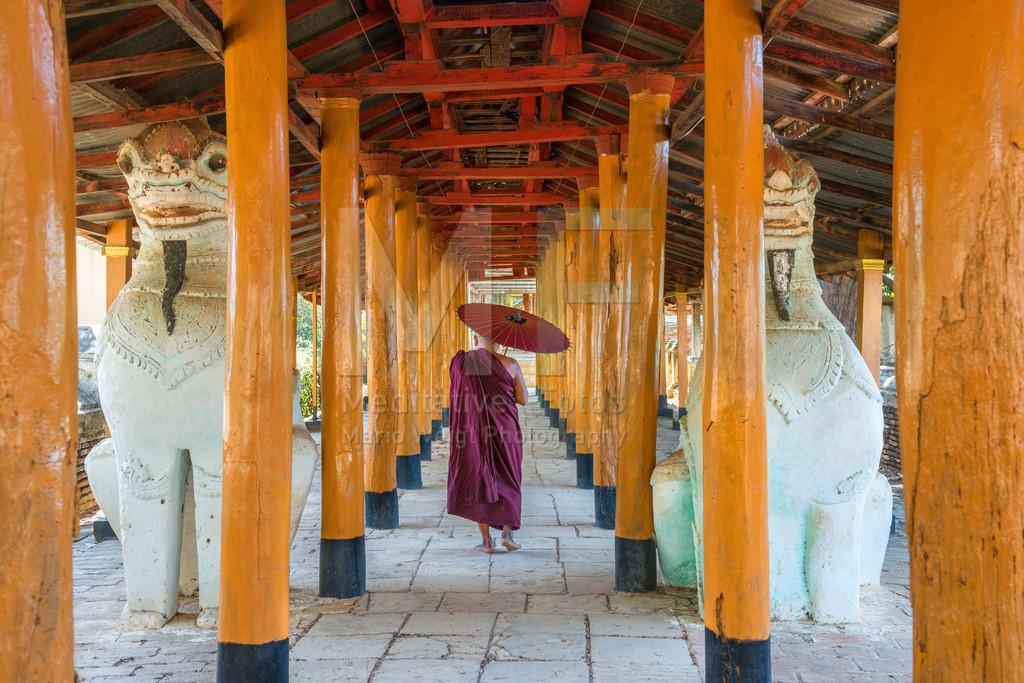 MW1119-2794 | Fotoserie DER ROTE SCHIRM | Mönch in einem alten Kloster in Salay