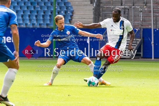 Fußball, Herren, Testspiel, Hamburger SV - FC Hansa Rostock, Volksparkstadion, 09.08.2020   Bentley Baxter Bahn (#8 Hansa Rostock), David Kinsombi (#6 HSV)