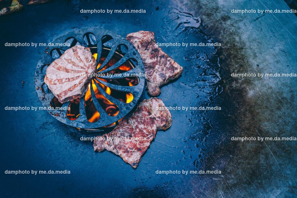 Schweinbauch im Speckmantel von der Feuerplatte mit Grillgemüse | Schweinbauch im Speckmantel von der Feuerplatte mit Grillgemüse