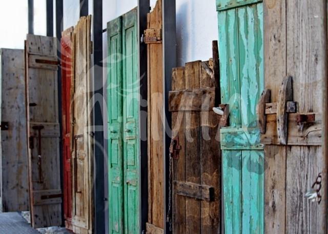 Bild des Monats August 2019 | Das Bild zeigt ein Kunstwerk aus Türen auf der schönen Insel Kreta.