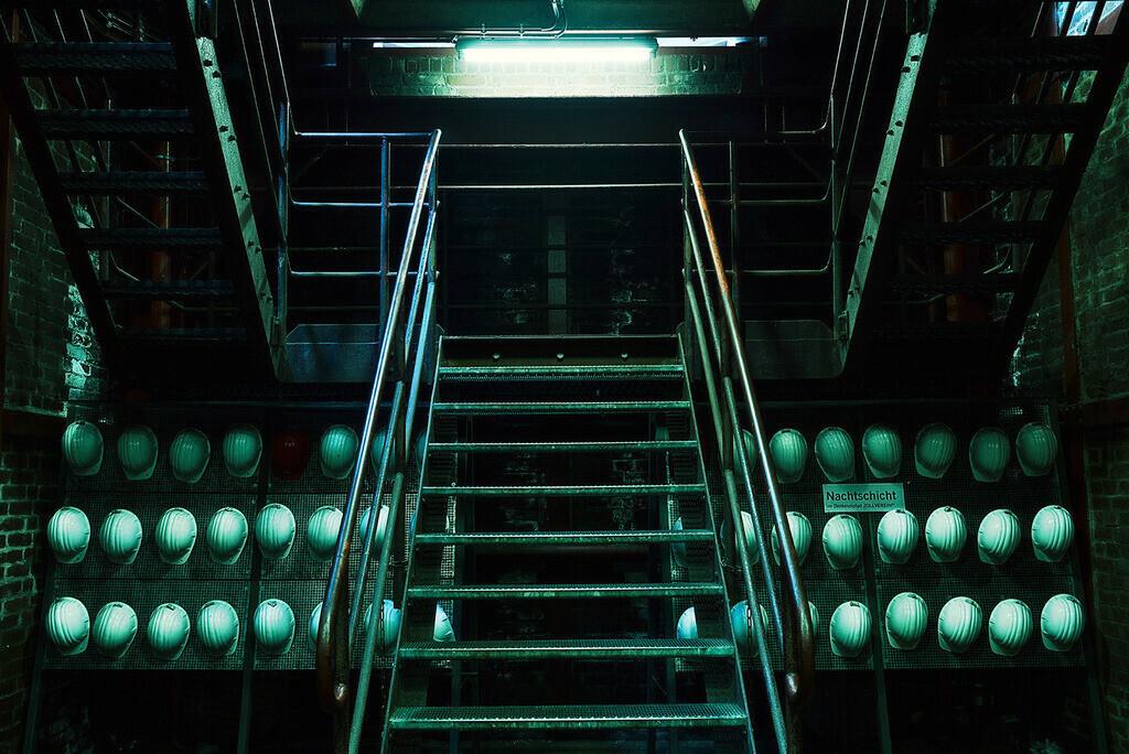 Schichtwechsel | Treppenaufgang mit Schutzhelmen, Zeche Zollverein, Essen