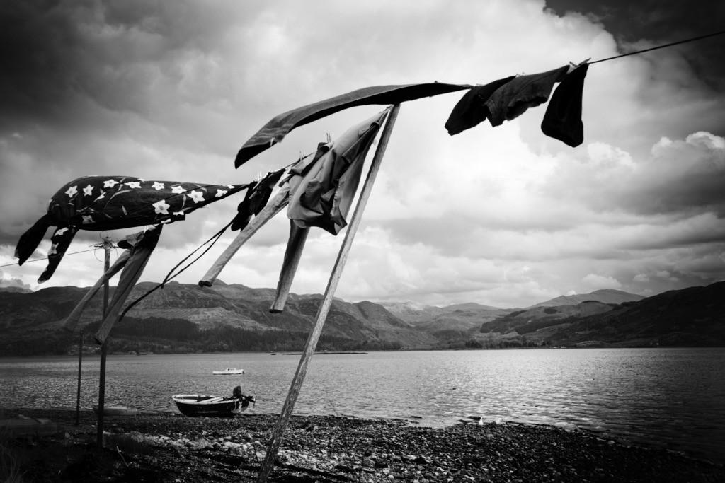 Wäsche | Kleidungsstücke trocknen an einer Wäscheleine am Ufer des Loch Kishorn, Schottisches Hochland.