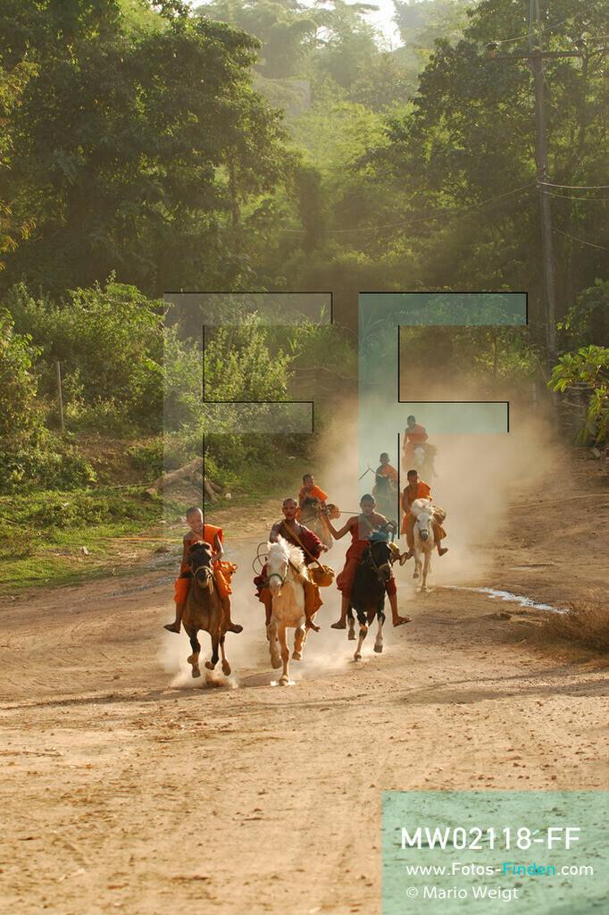 MW02118-FF   Thailand   Goldenes Dreieck   Reportage: Buddhas Ranch im Dschungel   Die jungen Mönche kommen vom Almosen sammeln zurück ins Kloster.  ** Feindaten bitte anfragen bei Mario Weigt Photography, info@asia-stories.com **