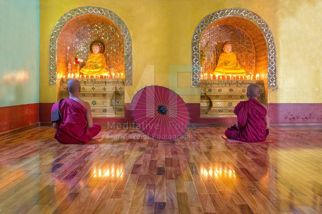 MW1119-0704 | Fotoserie DER ROTE SCHIRM | Mönche beim Meditieren in einem buddhistischen Kloster