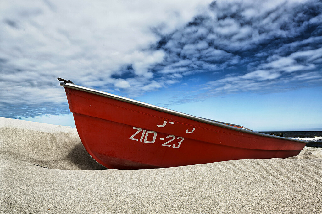 Rotes Boot | Rotes Boot am Strand von Zingst