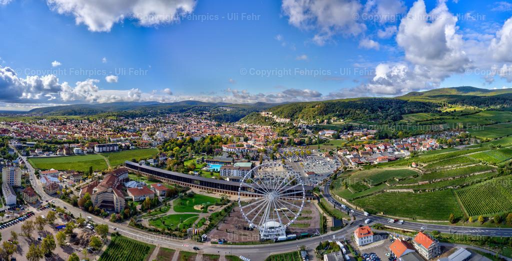 Bad Dürkheim aus der Luft | Frühherbstlicher Blick aus der Vogelperspektive auf Bad Dürkheim mit Saline und dem City STar Riesenrad im Vordergrund.