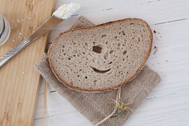 Brot und Salz | Klassisches Stillleben mit einem lächelnden Pausenbrot