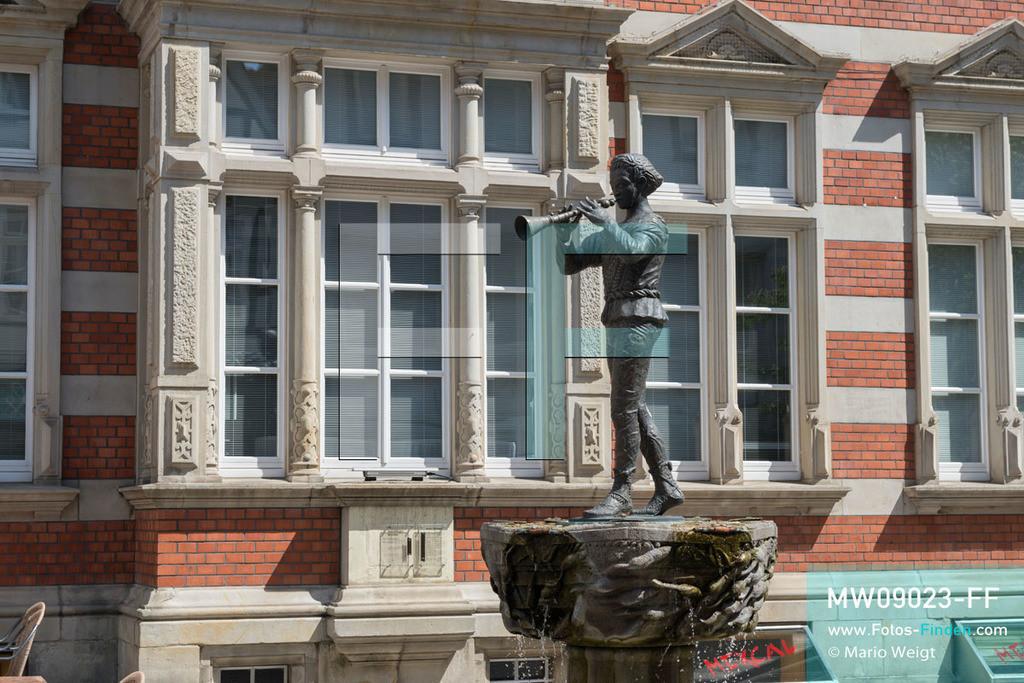 MW09023-FF | Deutschland | Niedersachsen | Hameln | Reportage: Reise entlang der Weser | Der Rattenfängerbrunnen vor dem ehemaligen Postamt in der Osterstraße in der Altstadt. Das Wasserspiel wurde 1998 vom Bildhauer Bruno Jakobus Hoffmann entworfen. Die Stadt ist berühmt für das Märchen