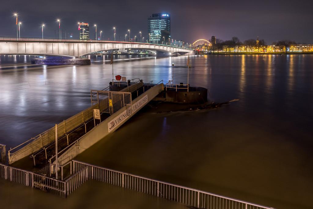 Köln bei Hochwasser nachts