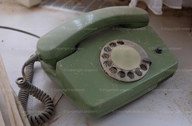 Alter verstaubter Telefonapparat | Alter grüner verstaubter Telefonapparat