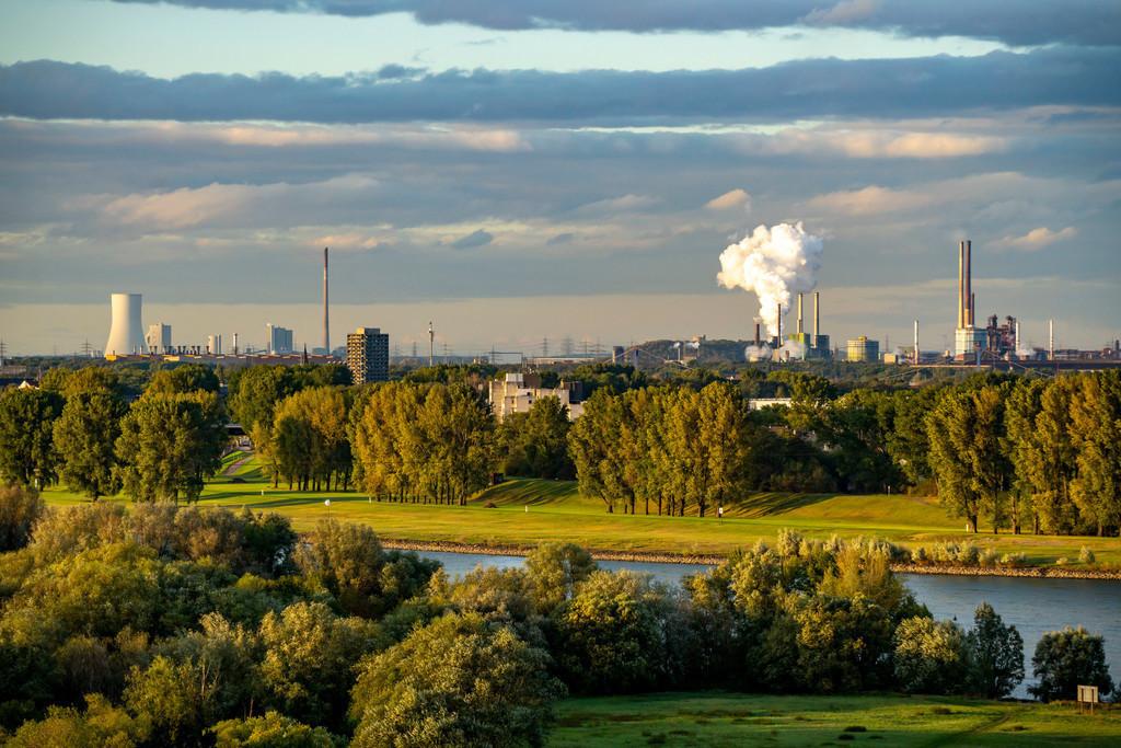 JT-201006   Blick über die Rheinlandschaft bei Duisburg, nach Norden, Thyssenkrupp Steel, Stahlwerk Bruckhausen, STEAG Heizkraftwerk Walsum, Kokerei Schwelgern, NRW, Deutschland,