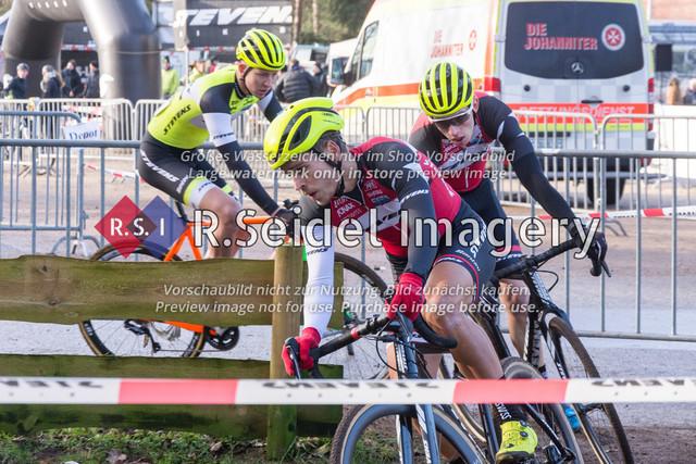 Radsport, Stevens Cyclocross Cup 2019, 10. Lauf (RSG Nordheide), Rennen 9 (Elite Herren + U23, Masters 2 / Elite Ü40 und Junioren U19), Buchholz i.d.N., 19.01.2020   Jannick Geisler (Harburger RG, #2, Elite), Max Lindenau (RV Germania Hamburg, #1, Elite)
