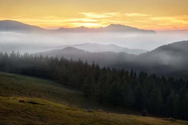 Mystik im Bergland | Sanft legen sich der Nebel und die Wolken über die Berge des Baskenlands im spanischen Norden.