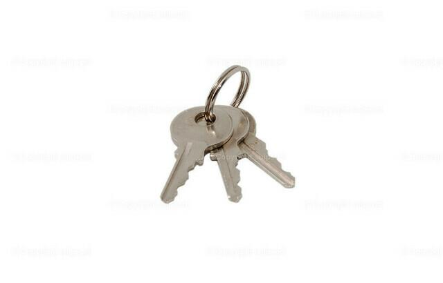 Schlüsselbund | Drei Schlüssel in einem Bund über weißem Hintergrund.