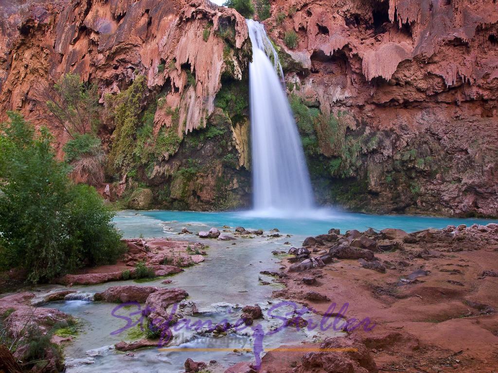 Havasu Falls from below / Havasu Falls von unten | With their bluish waters, the Havasu Falls form a dreamlike backdrop /  Mit ihrem bläulichen Wasser bilden die Havasu Falls eine traumhafte Kulisse
