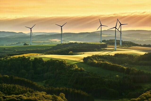 Windkraft | Die Eifel ist durchzogen von Windkraftanlagen. Auch wenn sie nicht gerade als optisch attraktiv gelten, so hat man sich an den Anblick gewöhnt. Die langen Schatten haben ja auch was für sich.