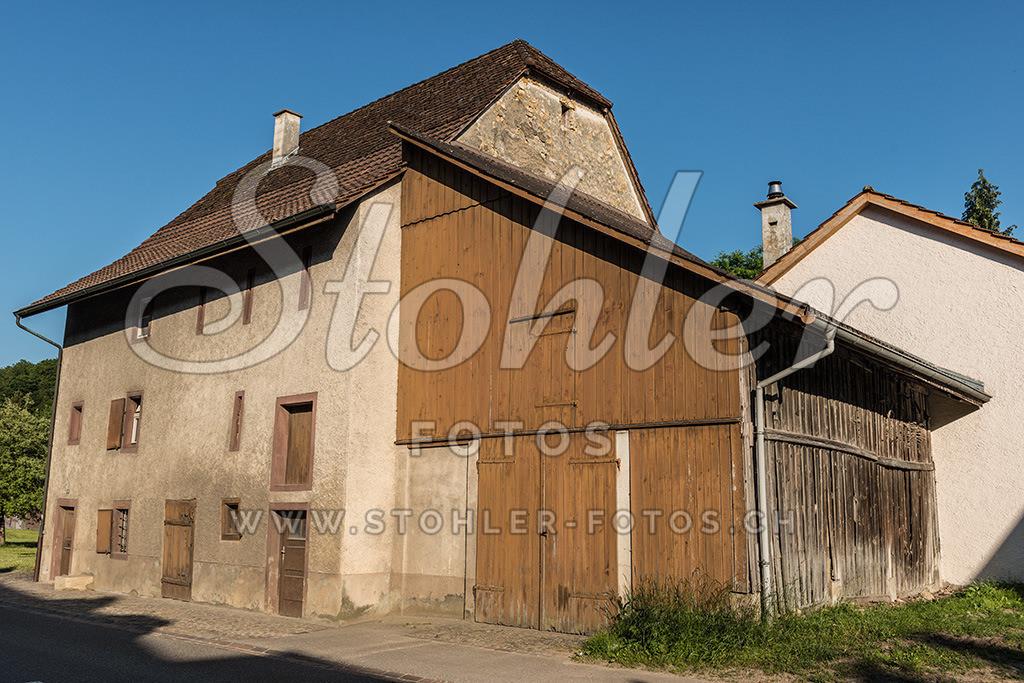 Das Erste Haus, Ziefen (BL) | Das erste Haus auf der linken Seite des Strasse- Bachzeilendorf, Ziefen im Kanton Baselland.