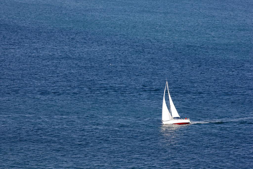 Segelboot | Segelboot auf dem Meer. Segelyacht.