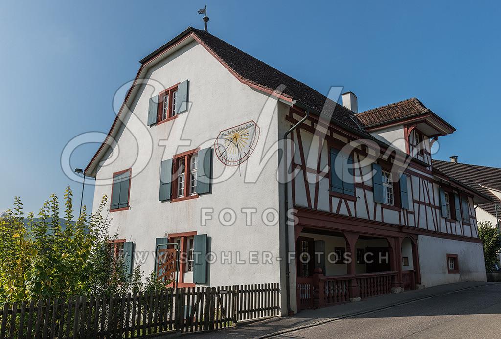 Pfarrhaus, Arisdorf (BL) | Das reformierte Pfarrhaus steht direkt an der Hauptstrasse, Arisdorf im Kanton Baselland.