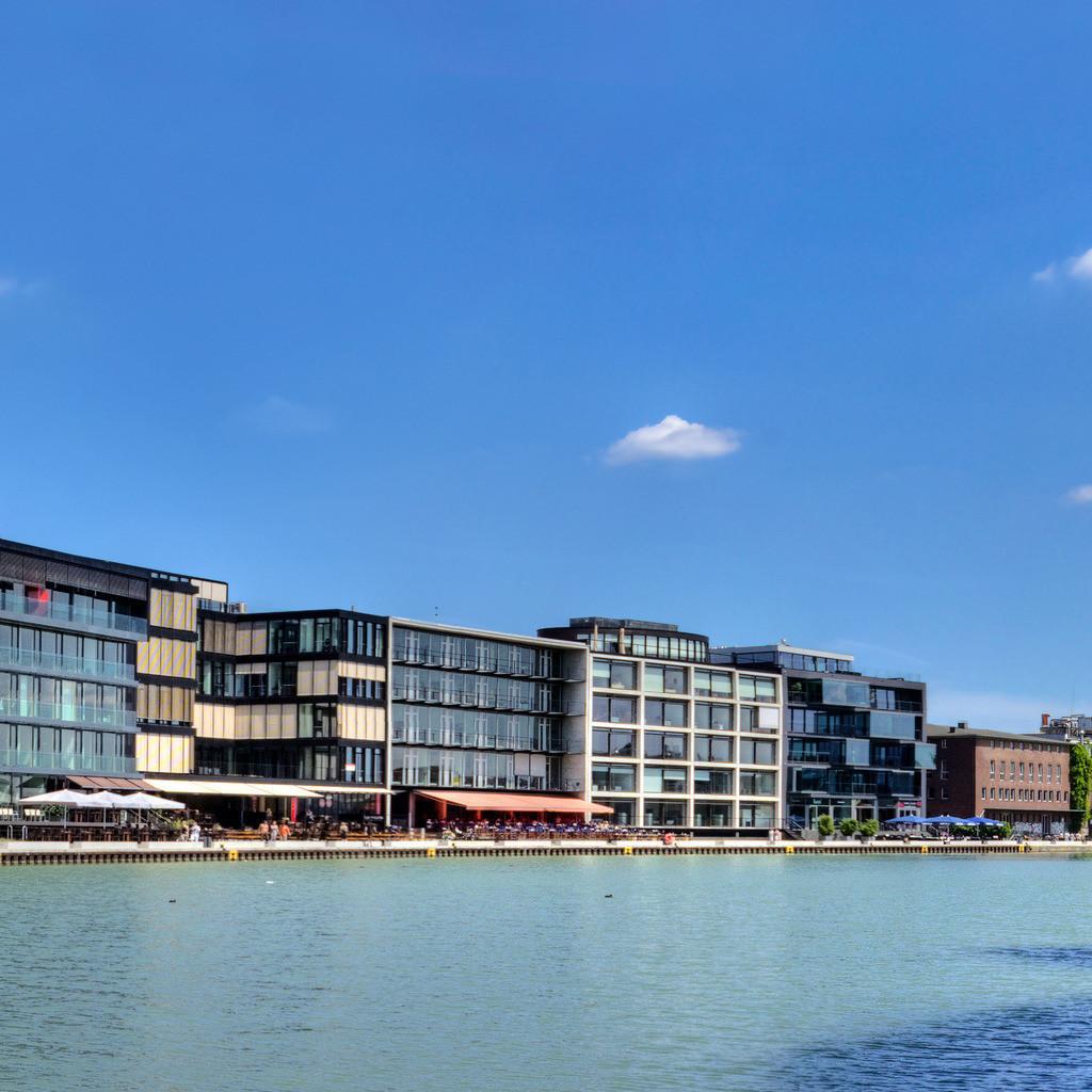 Alter Flechtheimspeicher am Münsteraner Hafen im Sommer   Im Hafen von Münster liegt der alte Flechtheimspeicher gegenüber dem Kreativkai - davor der historische Ladekran.