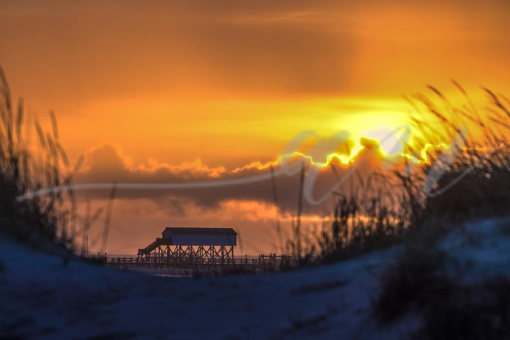 Blick durch die Dünen auf das Toilettenhäuschen | Sonnenuntergang am Strand