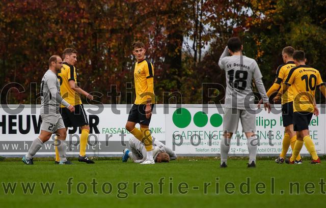 2019-10-19_057_FC_Moosinning_gegen_SV_Dornach | Moosinning, Deutschland, 19.10.2019: Fußball, Bezirksliga Nord 2019 / 2020, 15. Spieltag, FC Moosinning gegen SV Dornach, Endergebnis: 4:1  Robert Rakaric (SV Dornach, #27), Florian Jakob (FC Moosinning, #5), Dennis Stauf (FC Moosinning, #15), Felix Partenfelder (SV Dornach, #7), Noah Soheili (SV Dornach, #18), Johannes Volkmar (FC Moosinning, #3), David Diranko (FC Moosinning, #10)  Foto: Christian Riedel / fotografie-riedel.net