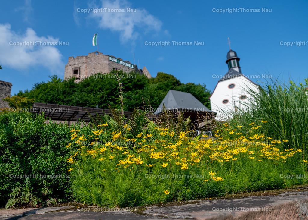 DSC_9917   bli,Lindenfels in Sommerlaune, Blick vom blühenden Kurgarten auf die Burg und die katholische Kirche, ,, Bild: Thomas Neu