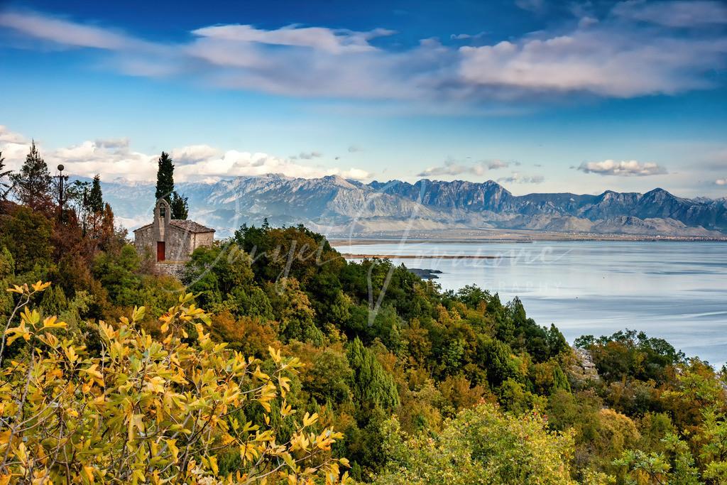 Kirchlein   Ein orthodoxes Kirchlein hoch über dem Skadar See