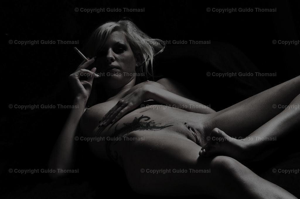 Rauchpause 2   Aus der Serie Akt vor Schwarz, Rauchpause