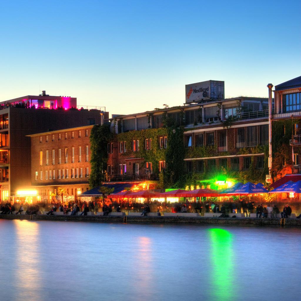 Münster alter Hafen mit Ladekran während des Hafenfests im Sommer | Dämmerungsfoto in der blauen Stunde vom alten Hafen in Münster mit Ladekran und Hafenfest auf dem Kreativkai - Münster Panorama im Quadrat 3x1 Teil 3v3