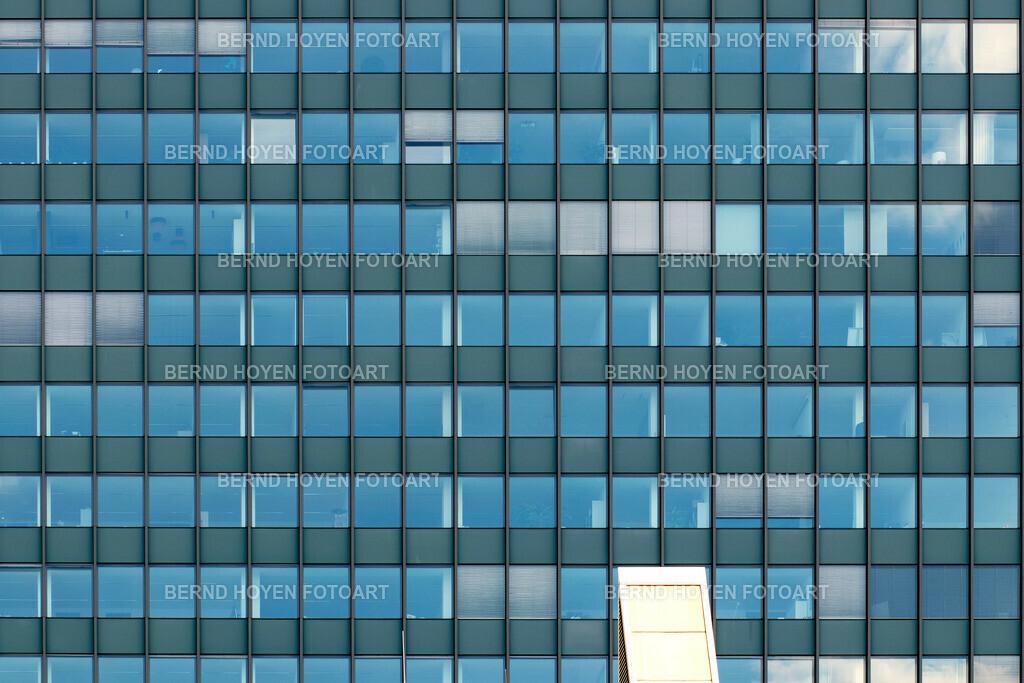 blue solution | Foto einer modernen Hausfassade in Berlin, Deutschland / digital leicht nachbearbeitet. | Photo of a modern house facade in Berlin, Germany / digitally slightly reworked.
