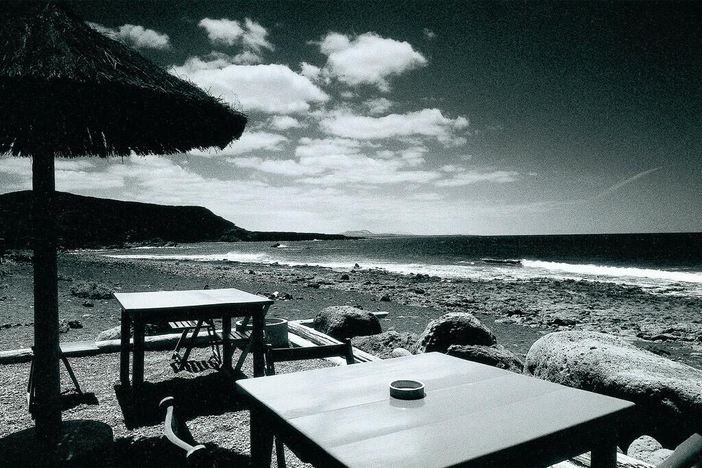 Bogavante | Sonnenschirm mit Tischen am schwarzen Strand