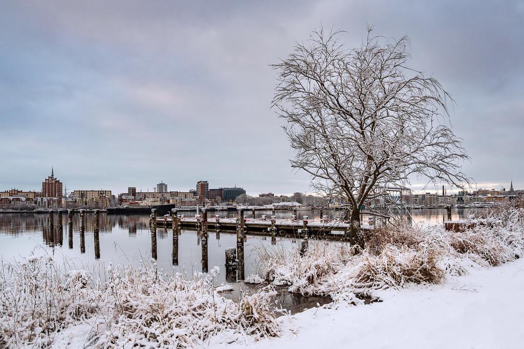 Blick über die Warnow auf die Hansestadt Rostock im Winter.   Blick über die Warnow auf die Hansestadt Rostock im Winter.