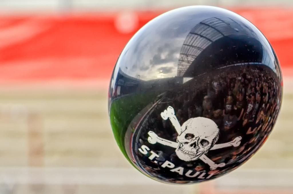 Ballon Sankt Pauli | Spiegellung des Millerntors auf einem Ballon